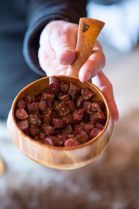 Zu den Spezialitäten gehört beispielsweise geräuchertes Fleisch aus Elch oder Rentier.