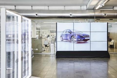 Skärmväggar och storbildsskärm i FordStore