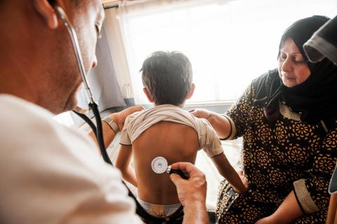 Mohammed, 6 år, från Irak undersöks av läkaren Dimitris Giannousis på Läkare Utan Gränsers mobila klinik i Mytiline-hamnen, Lesbos, Grekland.