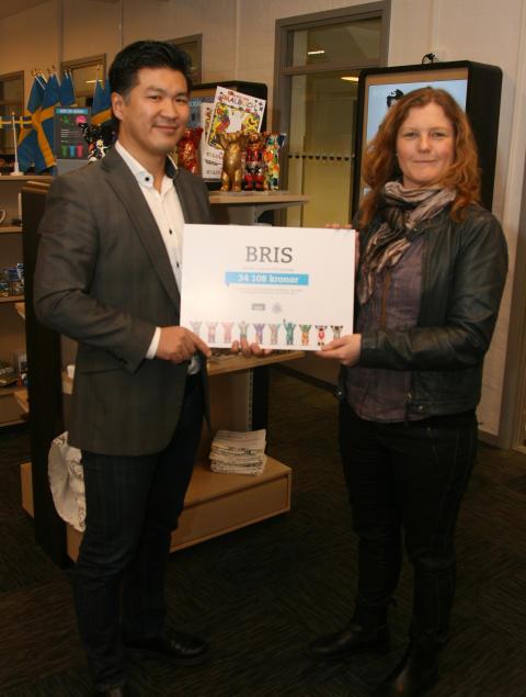 BRIS tar emot välgörenhetscheck