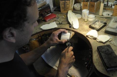 Goldschmied Jonas Raspé überträgt die besondere Wellenstruktur der Schulpen auf seine Schmückstücke