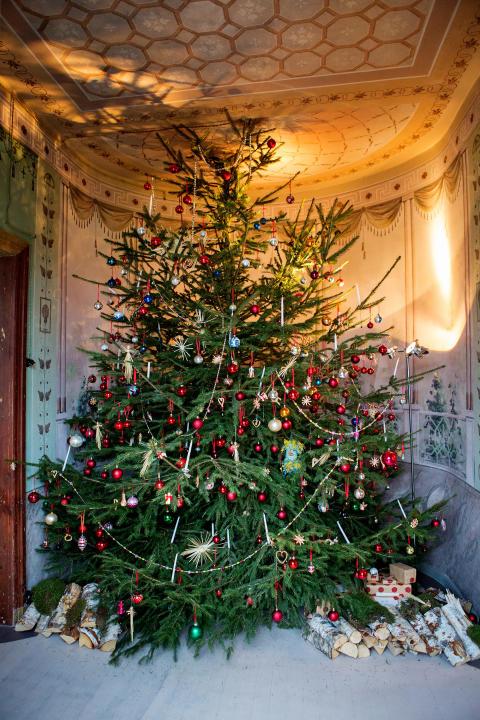 Julgran med gamla julgransdekorationer på Katrinetorp
