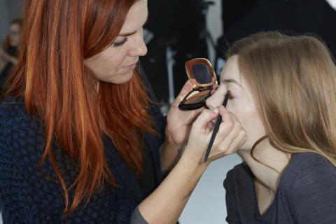 Look 1: Læg Color Riche Quads E3 Infiniment Bronze øjenskygge på hele øjenlåget