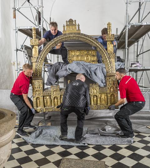 Det gyldne alter bliver forsigtigt nedtaget fra sin plads i Sahl Kirke.