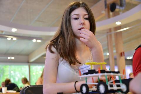 Molly Bengtsson bygger ett transportmedel som kan ta prover på månen.