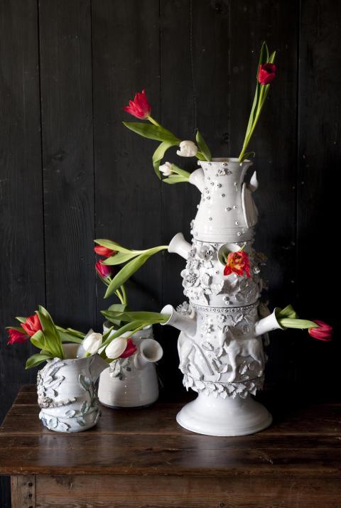 Röda tulpaner med vitt porslin