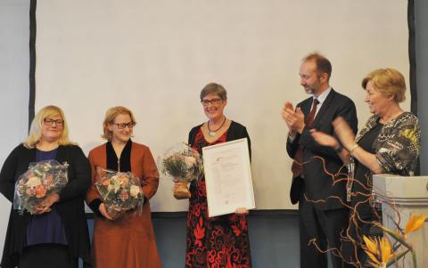 Bilde av vinnerne av FLTs utdanningspris med Trond Giske og Gerd Kristiansen