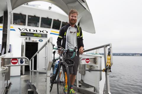 Resenär med cykel kliver av M/S Väddö
