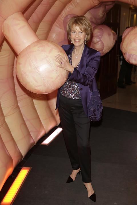 Christa Maar im größten Darmmodell Europas