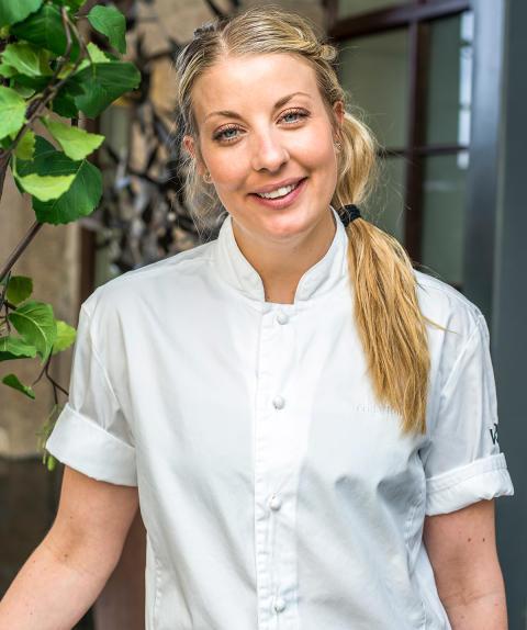 Frida Ronge från vRÅ lagar en av fem rätter på banketten för Bocuse d'Or Europé