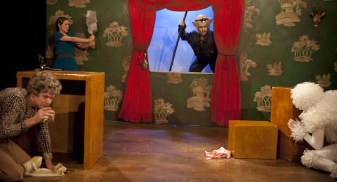 Fria Teatern ger Bakom Dörren Mittemot av Anna Höglund