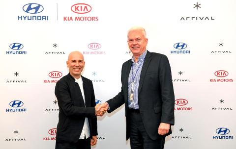 Albert Biermann, President and Head of Research and Development Division for Kia & Hyundai og Denis Sverdlov, Chief Executive Officer hos Arrival, signerte avtalen med en investering på 100 millioner euro.