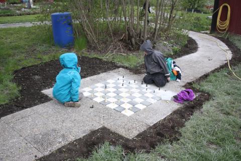 Karin Berglund och Lars Krantz inviger Barnens Trädgård i Åkersberga