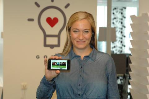 Emmy Tollin, kommunikationschef GodEl, visar Miljonklicket