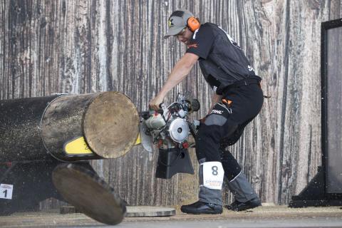 Ferry Svan genomför den tuffa grenen Hot Saw. Foto: STIHL Timbersports.