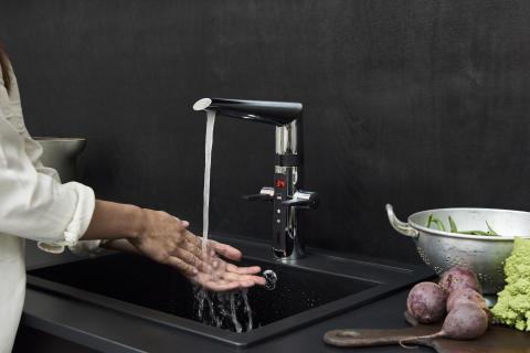 Oras Optima hybrid armaturet gør arbejdet i køkkenet til en leg.