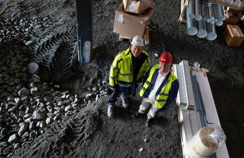 Niklas Jonsson och Patrik Lööv från Logistic Contractor inne i Continental Däcks nya anläggning i Viared, Borås.
