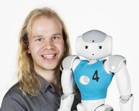 Roboten Elsa och Fredrik Löfgren. Foto: Anna Gerdén