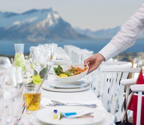 Dekker opp verdens lengste frokostbord i Bodø
