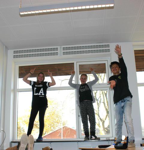 Klasselokale med hydraliske vinduer og lys