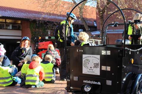 Onsdag formiddag mødte børn og pædagoger op foran Administrationscentret i Birkerød for at modtage deres nye el-ladcykler