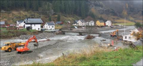 Store ødeleggelser etter flommen i Flåm