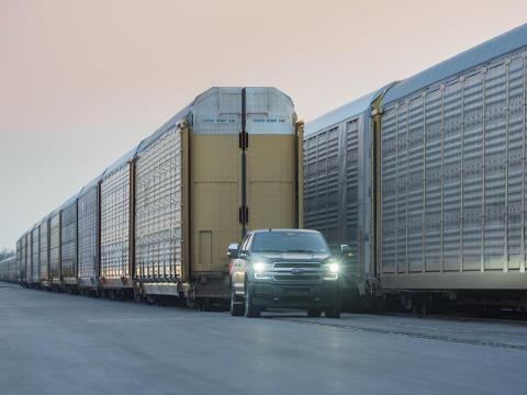 En helelektrisk Ford F-150 drar tio tågvagnar lastade med bilar, som totalt väger över 550 ton