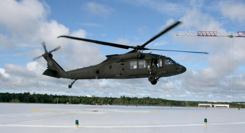 Försvarsmaktens Blackhawk-helikopter landar på Akademiska