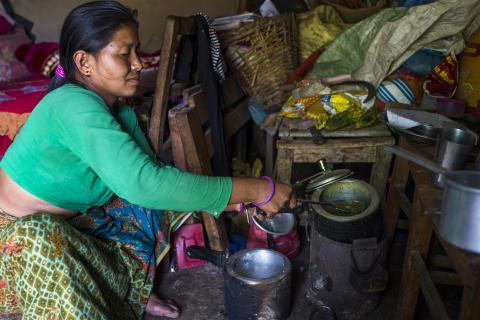 Eine Mutter kocht notdürftig nach dem Beben in Nepal