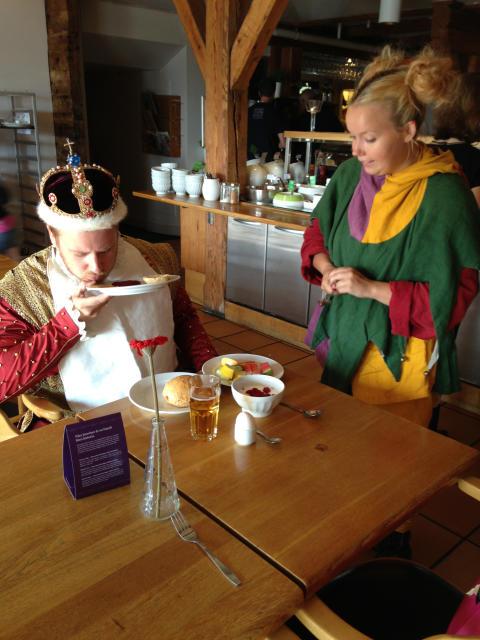 Erik XIV och gycklare äter hotellfrukost i Kalmar!