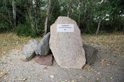 Gedenkstein für das ehemalige Dorf Werbelin, das 1992 dem Braunkohletagebau weichen musste