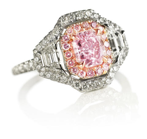 An important diamond ring set with a natural fancy pink diamond weighing app. 1.05 ct. and fancy pink and white diamonds, mounted in 18k pink and white gold. Estimate: € 67,000-80,500 (DKK 500,000-600,000)