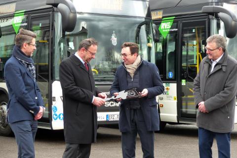 Symbolische Schlüsselübergabe für die 5 Scania Citywide Hybridbusse bei RVE in Zschopau