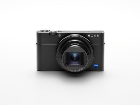 Sony annonce la sortie du RX100 VI qui réunit, dans un boîtier ultra-compact, un zoom 24 – 200 mm à fort taux d'agrandissement, une large ouverture et la mise au point automatique la plus rapide du monde.