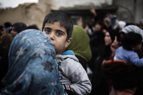 500 kvinnor och barn har evakuerats från belägrade Homs i Syrien