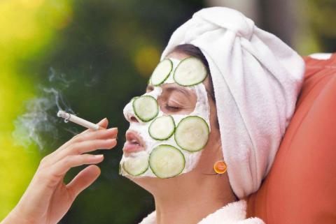 Gurkenmaske mit Zigarette