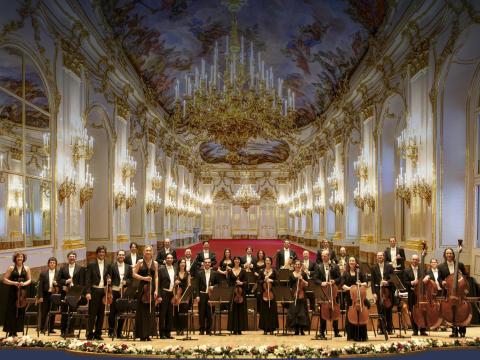 Nyårskonserten från Wien till Sverige -  Schönbrunn Slottfilharmoniker  - 7 konserter. Reportoar ur Nyårsdagens världsberömda TV-konsert. Här framförd av 35 musiker från Wien.