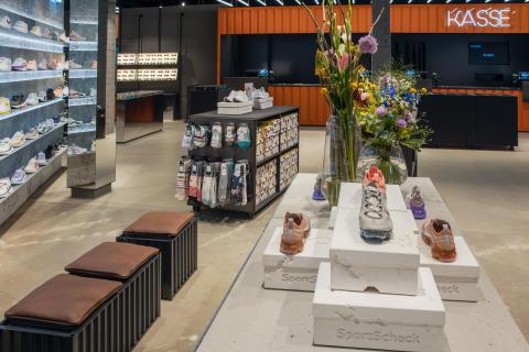Die Kassen im neuen SportScheck Store in Hamburg sind in einem offenen Container untergebracht.