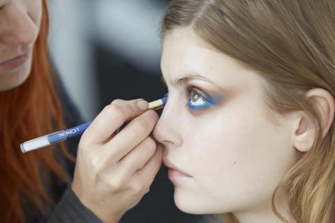 Look 1: Læg Color Infallible Goldmine øjenskygge i øjenkrogen for at åbne øjet.