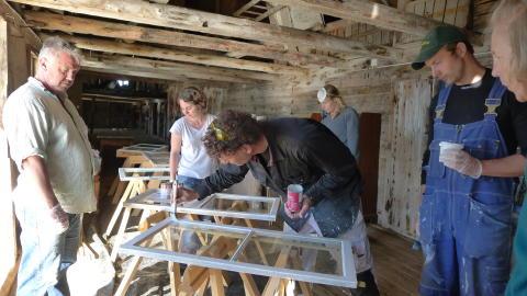 Fönsterrenovering på Florö byggnadsvårdsläger