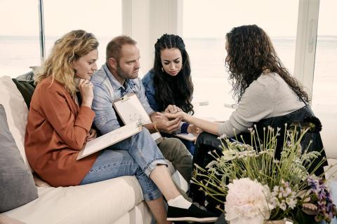 Ny sæson af 'Nærkontakt' på Kanal 4 afspejler tendensen - clairvoyance og håndlæsning er blevet mainstream