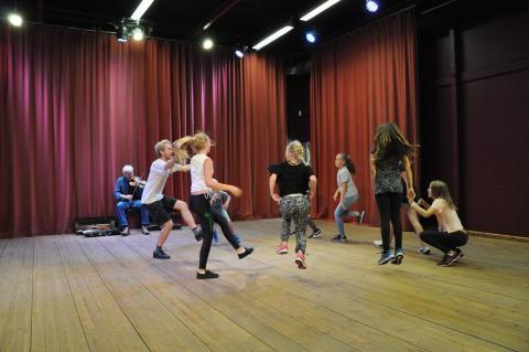 Hallingdansen lockar nyanlända ungdomar till Unga Västanå