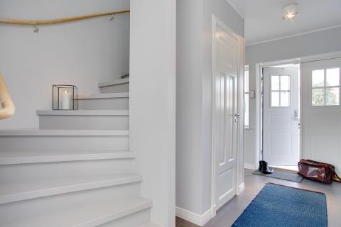 Rymlig och öppen hall i A-hus nya villa Anneberg