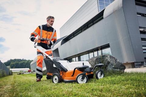 STIHL RMA 765 V – støjsvag og kraftfuld batteriplæneklipper til store græsarealer