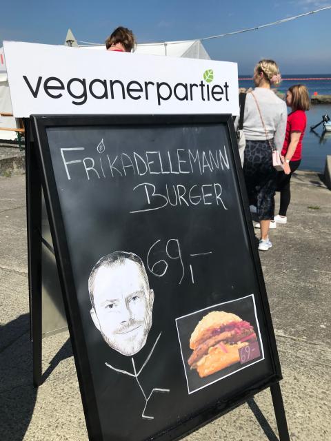 Det meget fotograferede salgsskilt af FrikadEllemann-burgeren