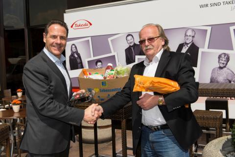 Für 2000 Euro eingetütet - Der Arzneimittelhersteller Takeda  spendet einen Kleintransporter voller Köstlichkeiten an die Leipziger Tafel