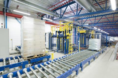To vertikaltransportører bringer de færdige paller med enkelt-artikler, der bliver stablet i produktionen af palleteringsrobotter, samt de plukkede blandede paller, til en platform konstruktion