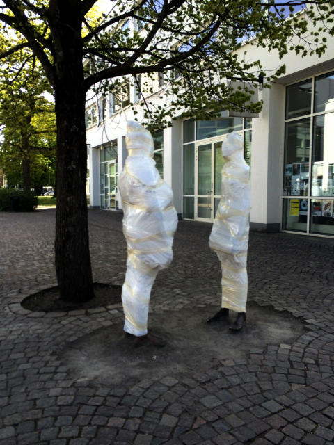 Offentlig konst insvept i plast