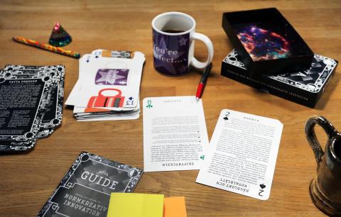 Skrivbord och kort