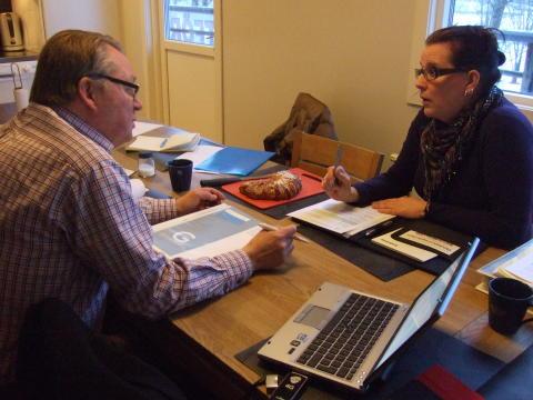 Revisor Ulf Ström och Linda Kindvall från Anders Golv & Kakel diskuterar miljömål